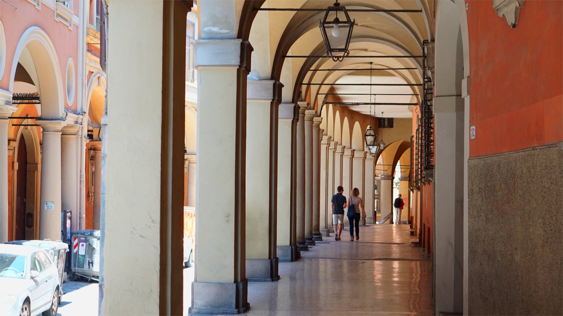 Typische Arkadenstraße in Bologna