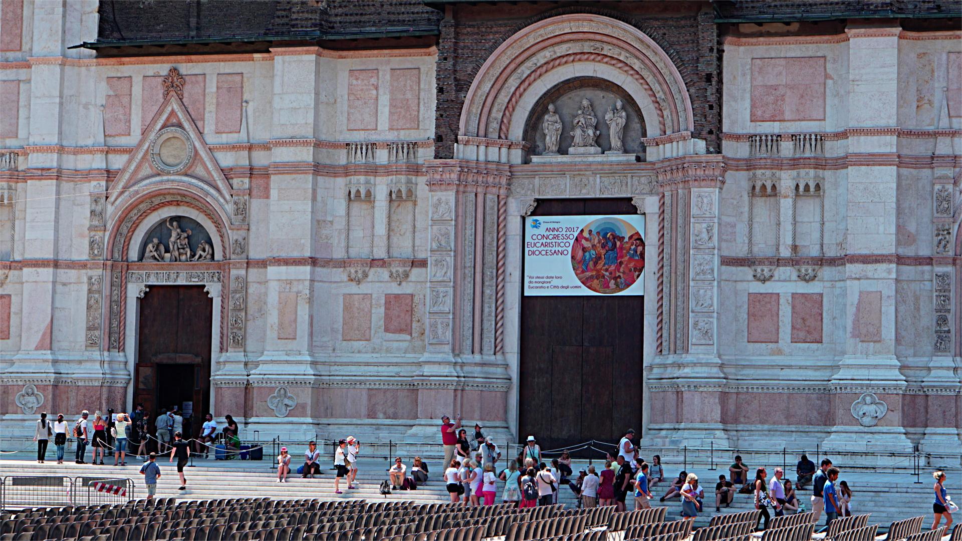 Fassade der Basilika San Petronino, im Vordergrund Stühle vom Filmfestival, das sich zeitlich an die Euare 2017 anschloss.