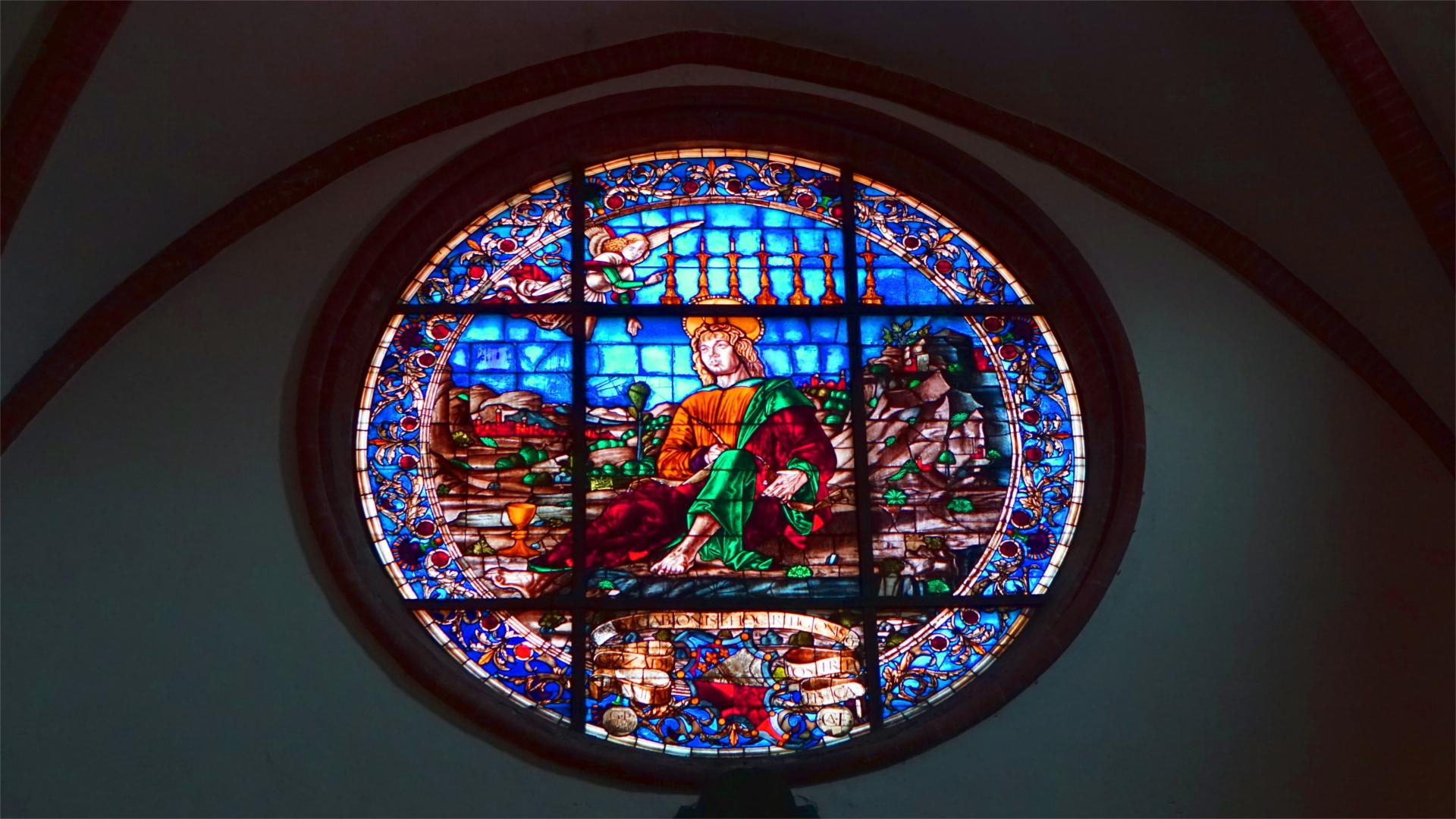 Kirchenfenster mit dem Seher Johannes