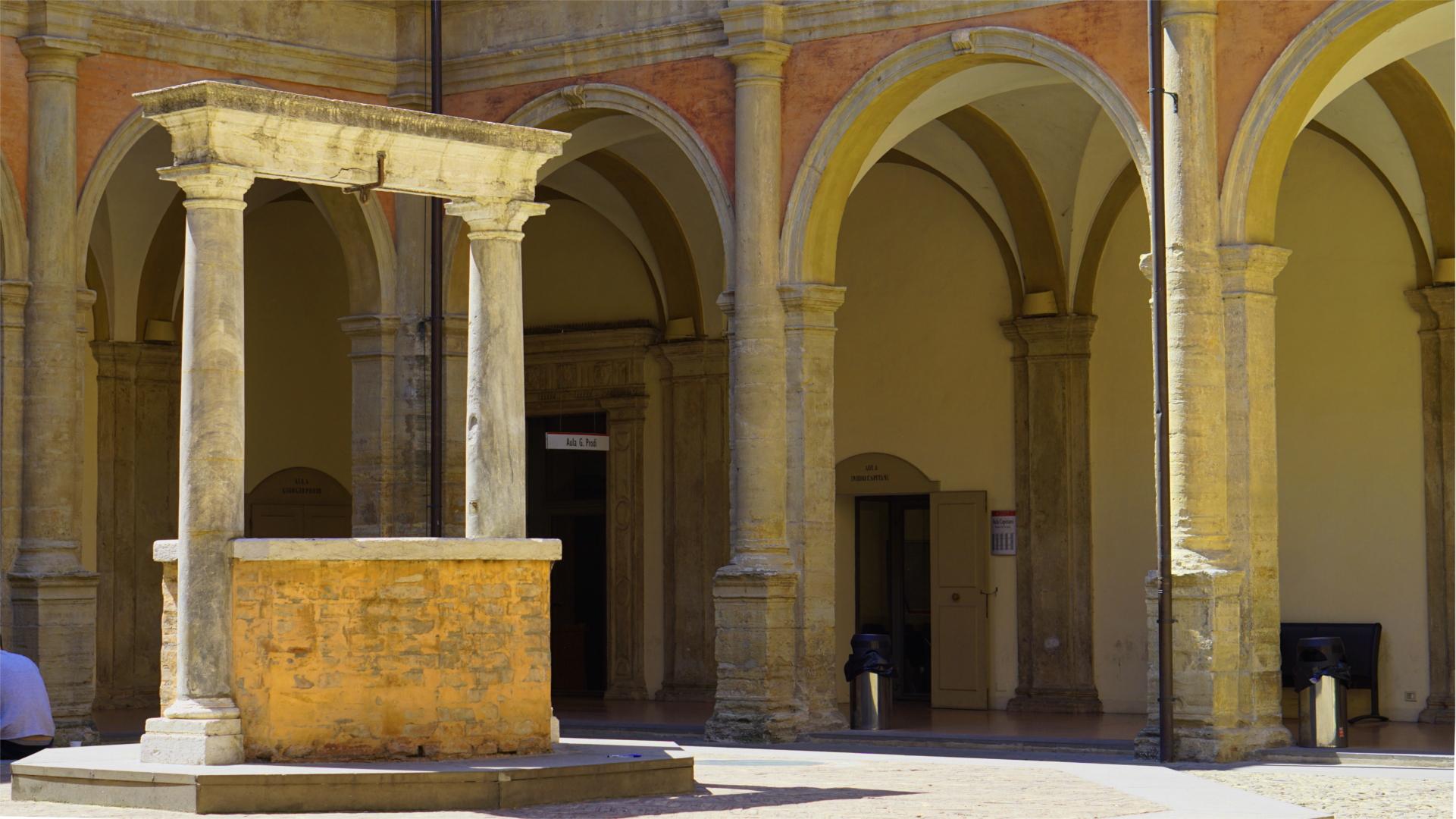 Brunnen im Innenhof der gesellschaftswissenschaftlichen Fakultät der Universität Bologna