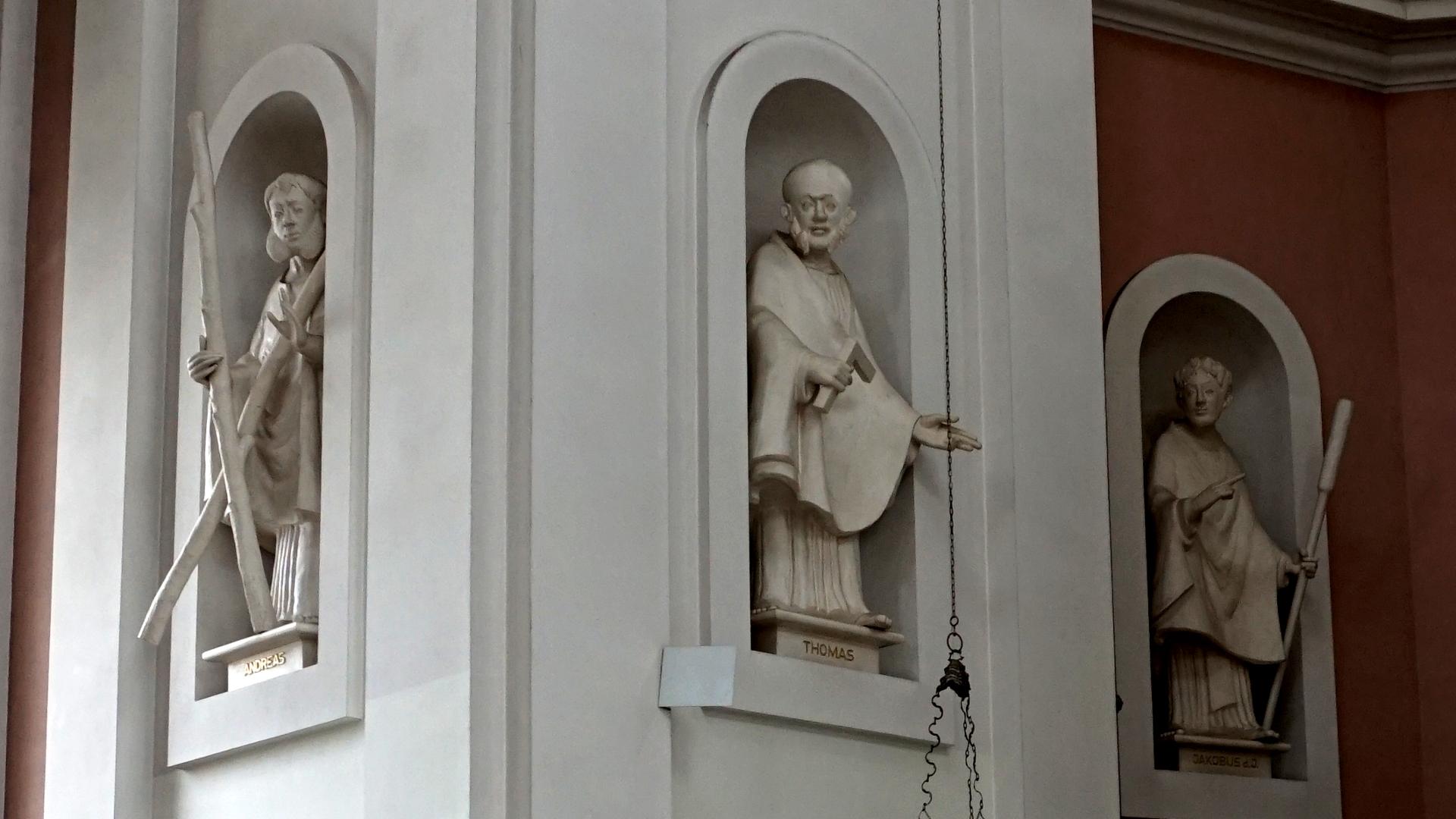 Trias von Apostelstatuen in St. Clemens, Hannover — Experiment
