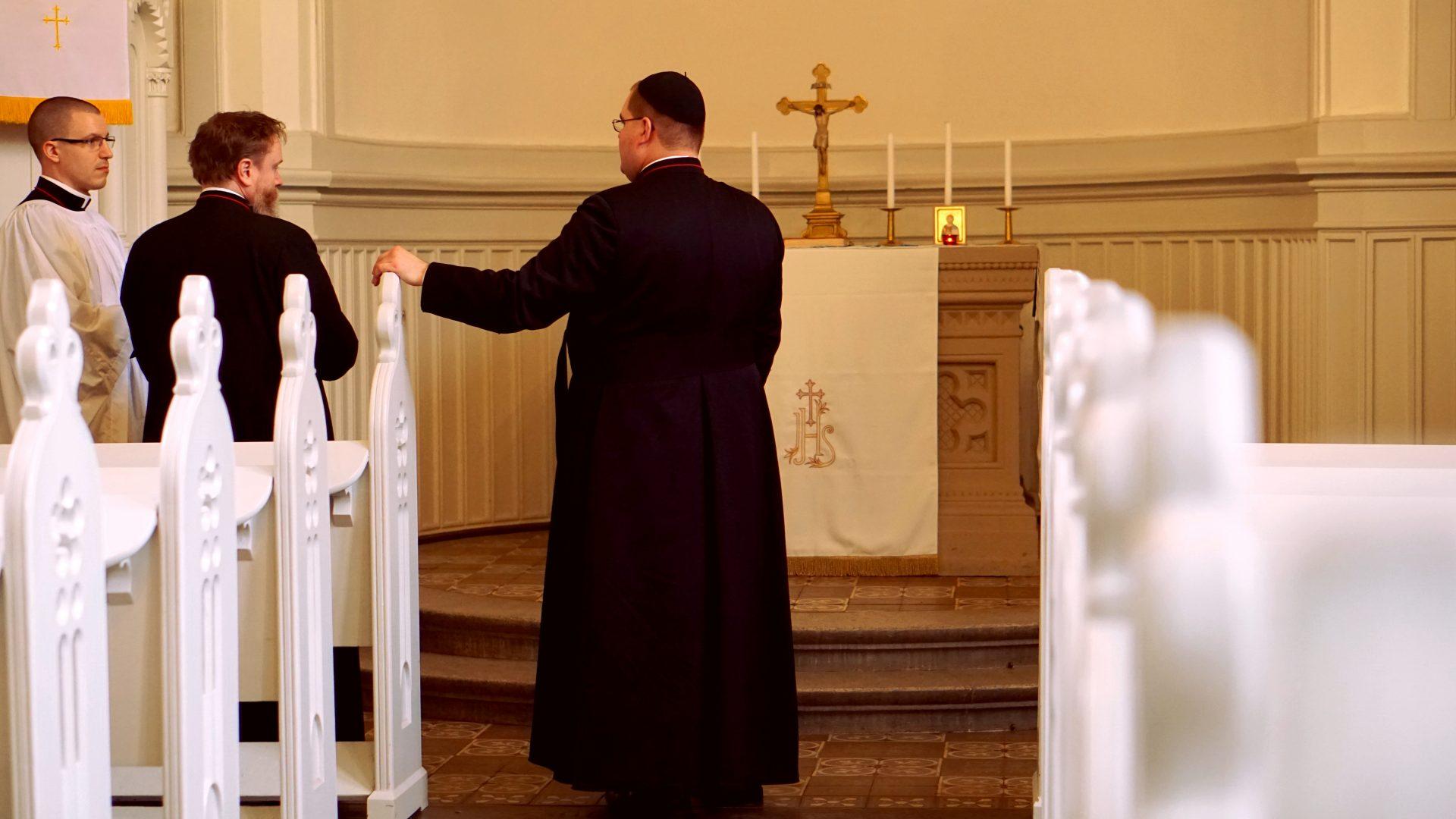 Besprechung der Brüder (Priester Mitte, Subdiakon rechts, Ministrant links) vor Messe — Heimsuchung Marien