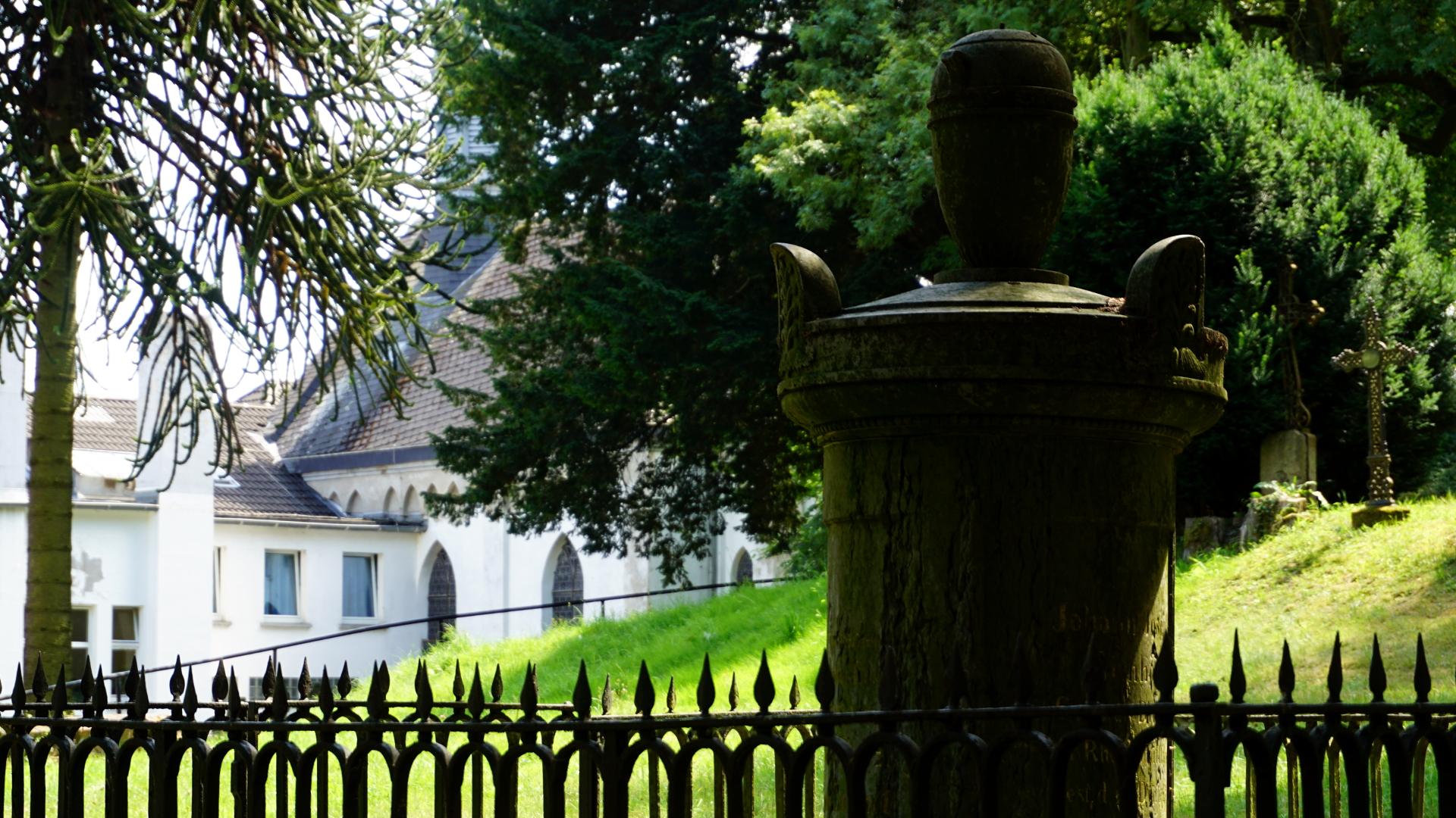 Grab eines Rheinschiffahrtsdirectors mit Franziskushospital im Hintergrund — Tradition