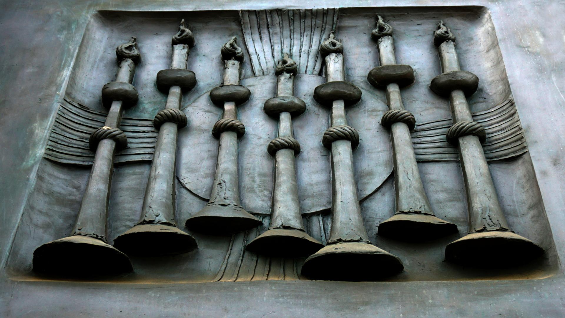 Apokalyptisches Motiv Leuchter auf dem Kirchenportal von St. Clemens, Hannover — Experiment