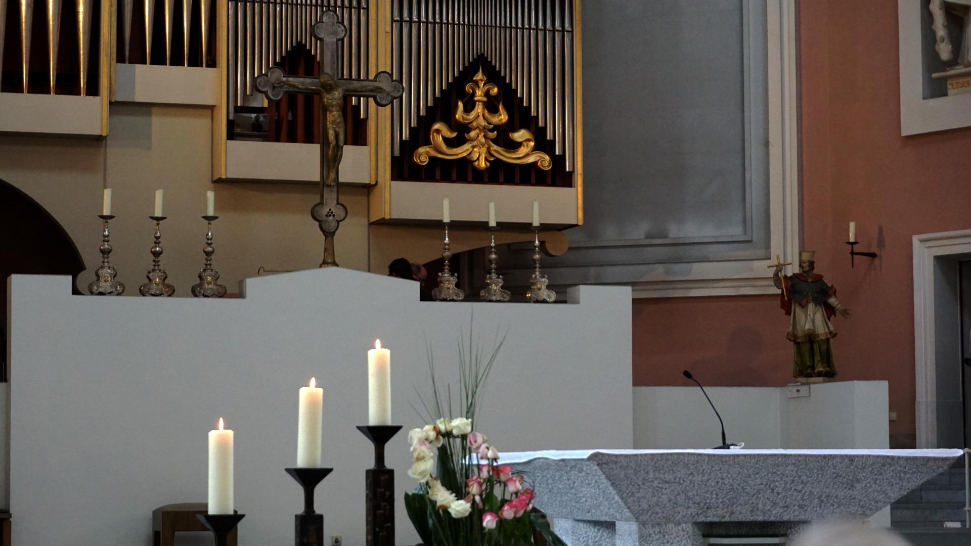 Altar vor dem Hochamt in St. Clemens, Hannover — Experiment