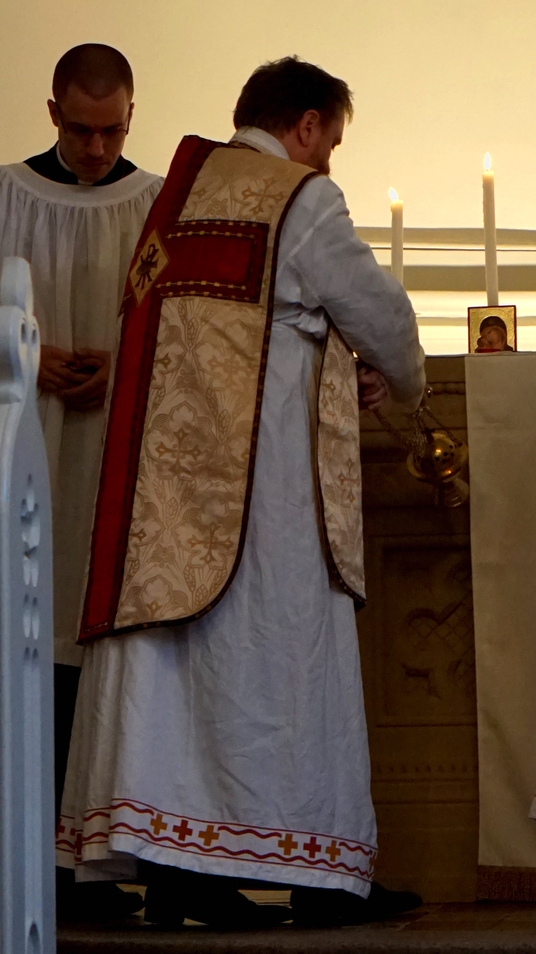 Introitusinzens Priester mit Thuriferar — Heimsuchung Marien