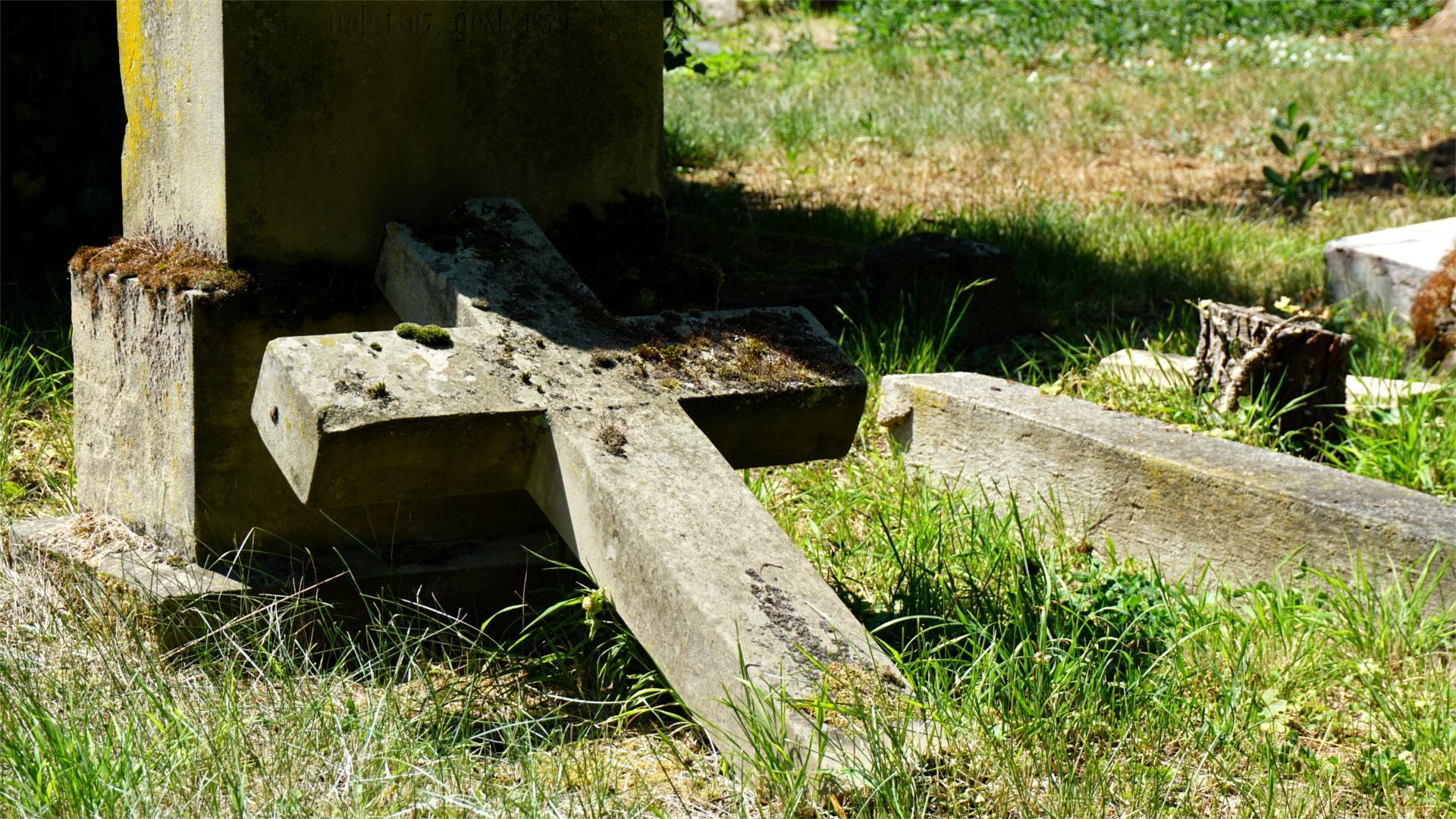 Verfallenes Friedhofsgrab — Tradition
