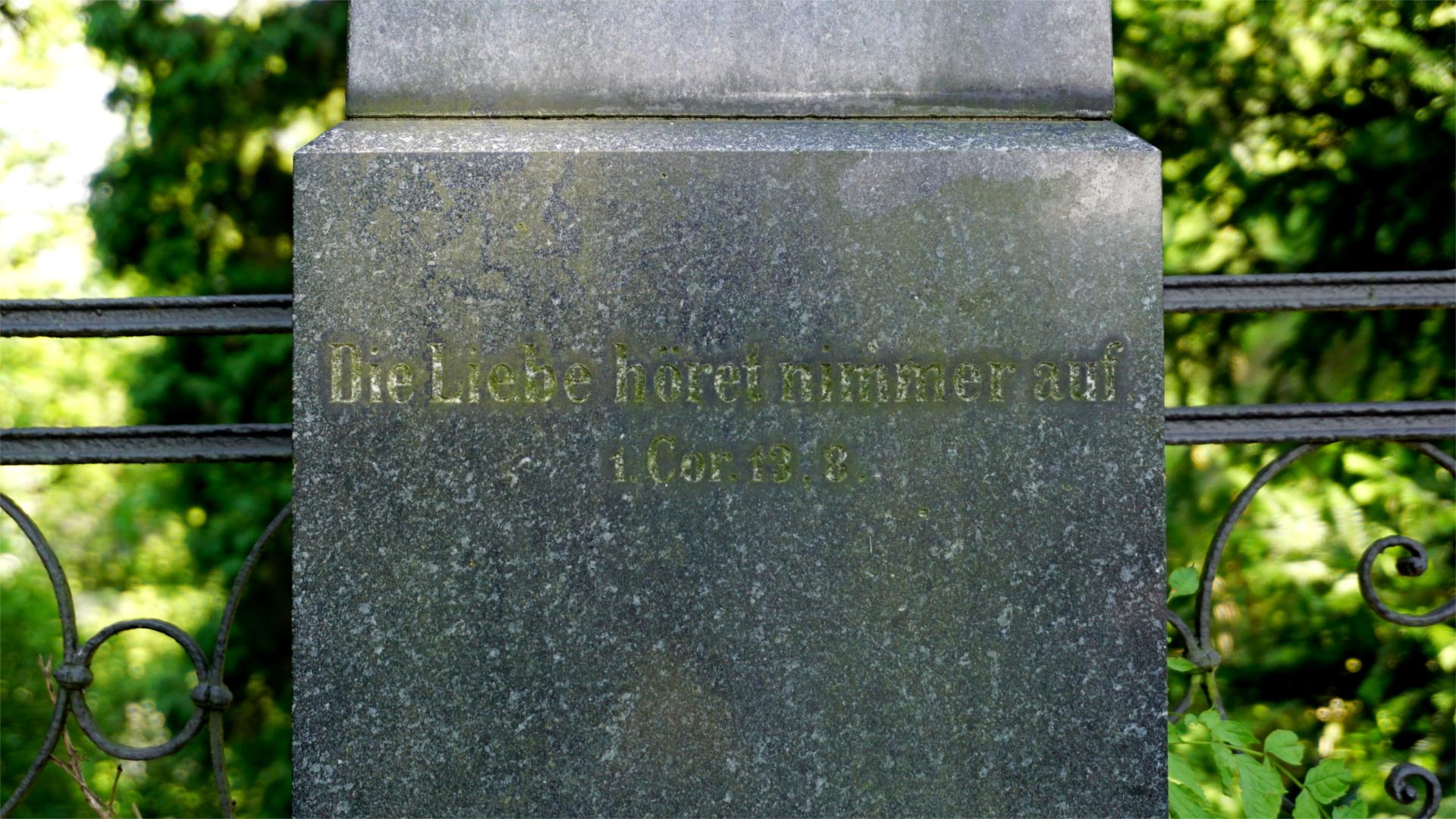 Grabstein mit Aufschrift: Die Liebe höret niemals auf. — Tradition — Blogger