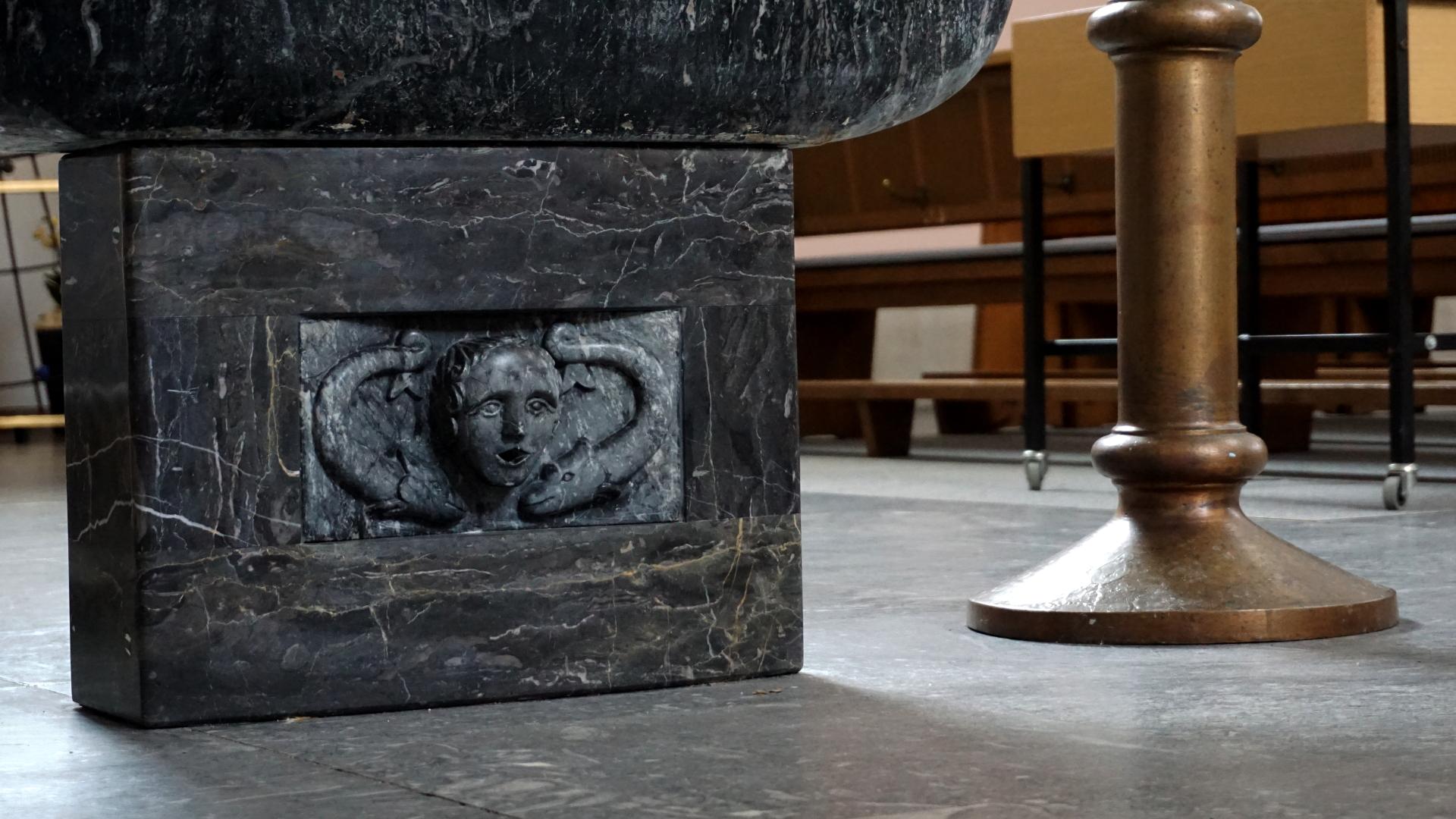 Fuß des Taufsteins in St. Clemens, Hannover — Experiment