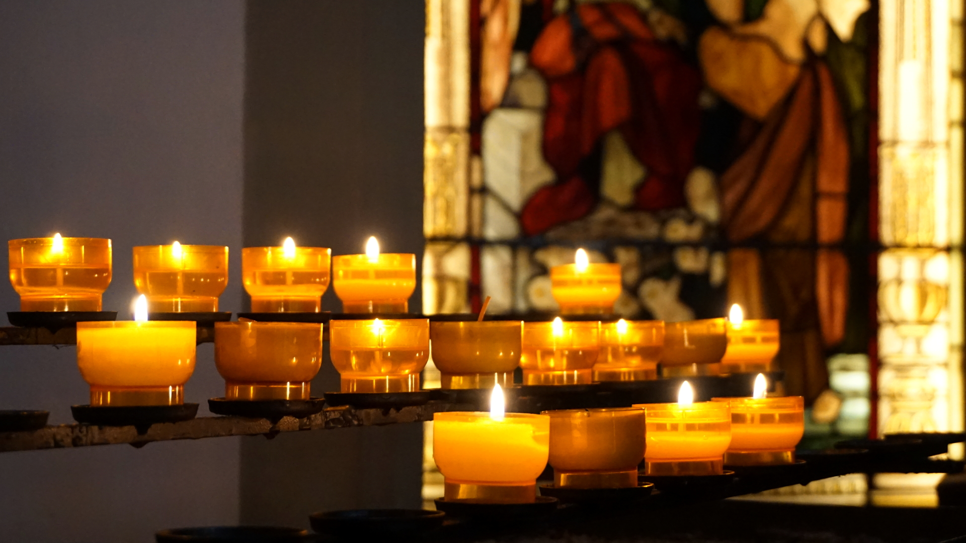 Opferkerzen in der Gartenkirche