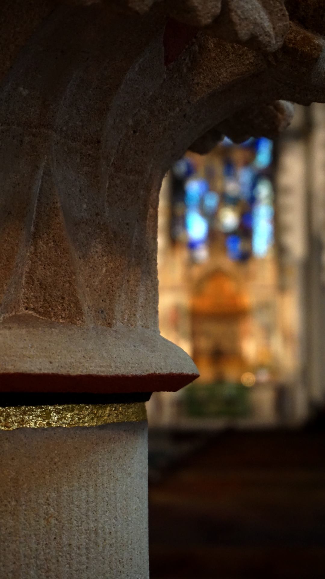 Säule mit Hochaltar in der Gartenkirche