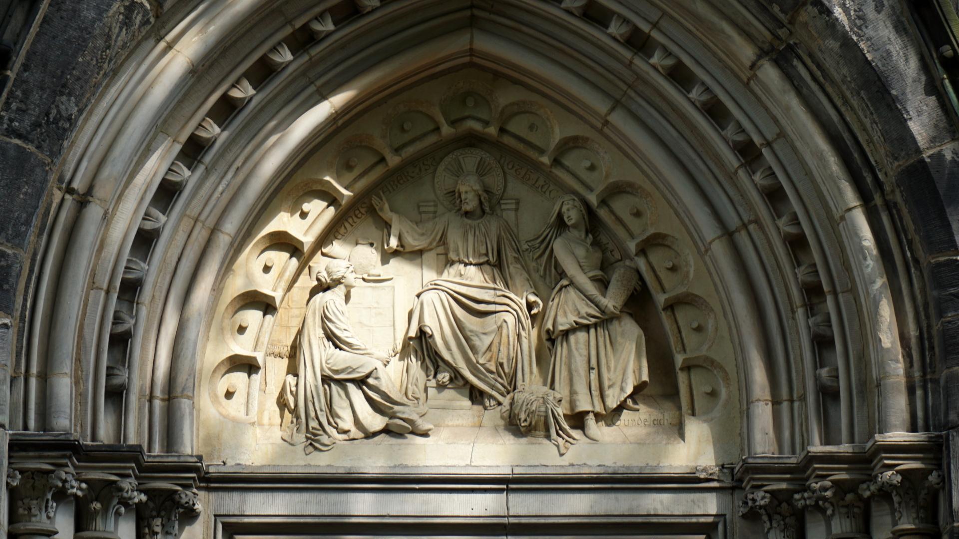 Tympanon über dem Portal der Gartenkirche
