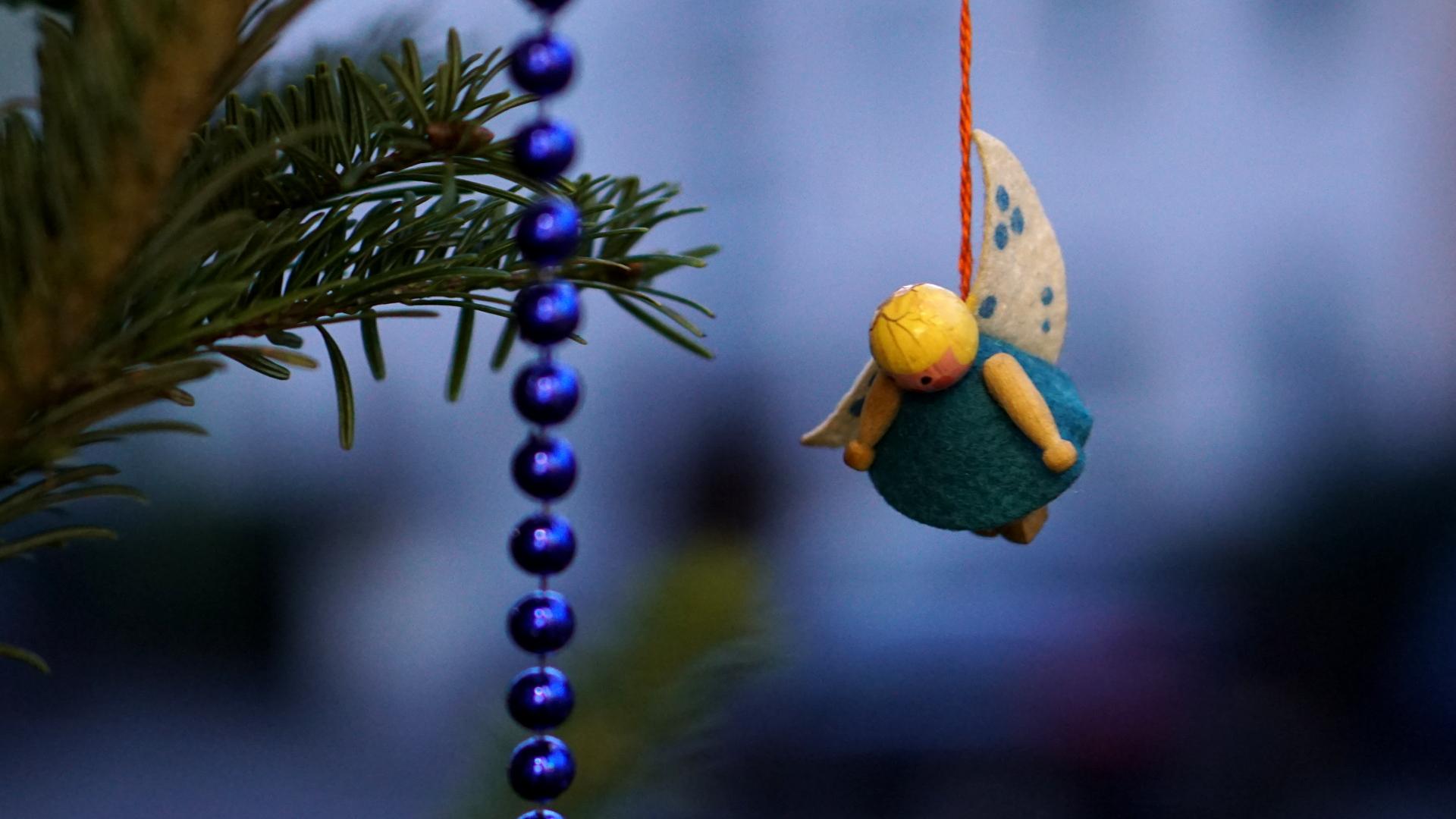 Engel am Christbaum hängend — Weihnachten 2017